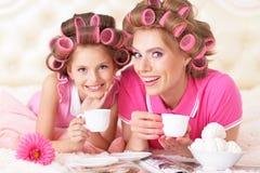 Madre e hija en bigudíes de pelo Imagen de archivo libre de regalías