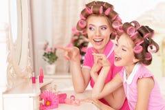 Madre e hija en bigudíes de pelo Fotografía de archivo libre de regalías