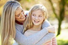 Madre e hija en campo foto de archivo