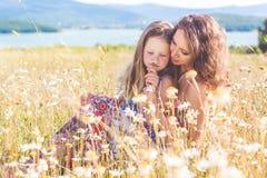 Madre e hija en campo de la manzanilla Fotos de archivo libres de regalías