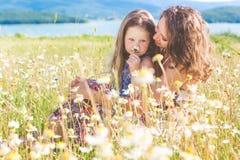 Madre e hija en campo de la manzanilla Fotografía de archivo