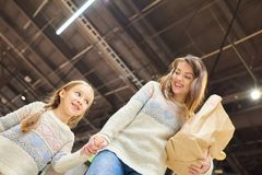 Madre e hija en colmado fotografía de archivo libre de regalías