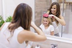 Madre e hija en cuarto de baño imagenes de archivo