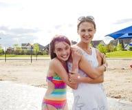 Madre e hija en el abarcamiento de la playa Foto de archivo libre de regalías