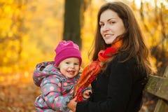 Madre e hija en el parque Foto de archivo libre de regalías