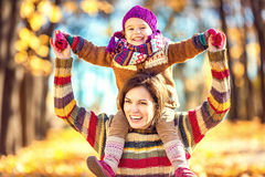 Madre e hija en el parque Fotos de archivo
