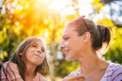 Madre e hija en el parque Imagenes de archivo