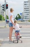 Madre e hija en el paso de cebra Fotografía de archivo