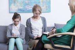 Madre e hija en el psicoterapeuta Foto de archivo libre de regalías