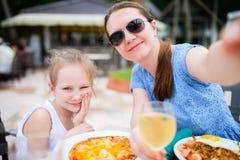 Madre e hija en el restaurante imagen de archivo