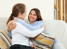 Madre e hija en el sofá Foto de archivo