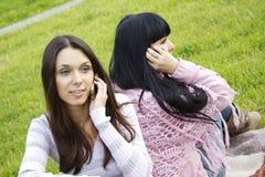 Madre e hija en el teléfono Imagen de archivo libre de regalías