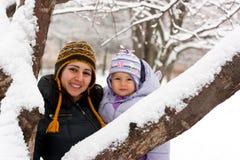 Madre e hija en invierno Fotos de archivo libres de regalías