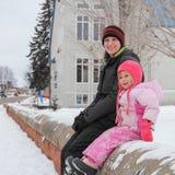 Madre e hija en invierno Imágenes de archivo libres de regalías