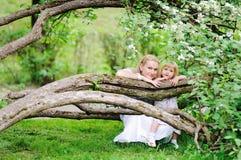 Madre e hija en jardín floreciente fotografía de archivo libre de regalías