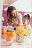 Madre e hija en la cocina foto de archivo libre de regalías