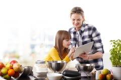 Madre e hija en la cocina Imagen de archivo libre de regalías
