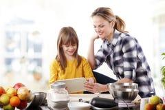 Madre e hija en la cocina Fotos de archivo libres de regalías