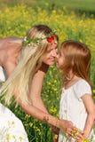Madre e hija en la naturaleza Imagen de archivo
