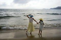 Madre e hija en la orilla de mar Fotos de archivo