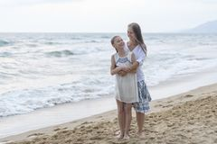 Madre e hija en la playa foto de archivo libre de regalías