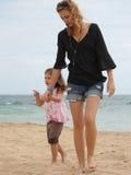 Madre e hija en la playa 3 Fotos de archivo libres de regalías