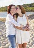 Madre e hija en la playa Imagen de archivo libre de regalías