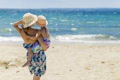 Madre e hija en la playa Imagen de archivo