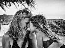 Madre e hija en la playa Fotografía de archivo libre de regalías