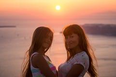 Madre e hija en la puesta del sol Foto de archivo libre de regalías