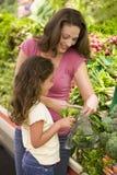 Madre e hija en la sección del producto Imágenes de archivo libres de regalías