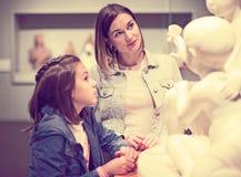 Madre e hija en museo Imagen de archivo libre de regalías
