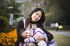 Madre e hija en parque Fotos de archivo