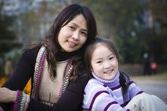 Madre e hija en parque Imágenes de archivo libres de regalías