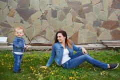 Madre e hija en parque de la primavera fotos de archivo libres de regalías
