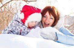 Madre e hija en parque del invierno Fotografía de archivo libre de regalías