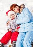 Madre e hija en parque del invierno Fotos de archivo libres de regalías