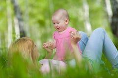 Madre e hija en parque del resorte del abedul Fotos de archivo