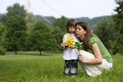 Madre e hija en parque junto Fotografía de archivo libre de regalías