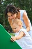 Madre e hija en patio Foto de archivo