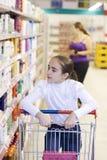 Madre e hija en supermercado Fotografía de archivo libre de regalías