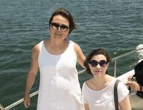 Madre e hija en un barco Imagen de archivo
