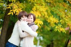 Madre e hija en un día brillante de la caída Imágenes de archivo libres de regalías