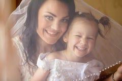 Madre e hija en un día de boda imágenes de archivo libres de regalías