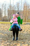 Madre e hija en un oscilación Imagen de archivo libre de regalías