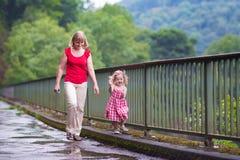 Madre e hija en un parque Imágenes de archivo libres de regalías