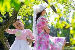Madre e hija en un parque del verano Imagenes de archivo