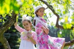 Madre e hija en un parque del verano Fotografía de archivo
