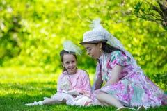Madre e hija en un parque del verano foto de archivo