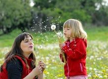 Madre e hija en un prado Fotografía de archivo libre de regalías